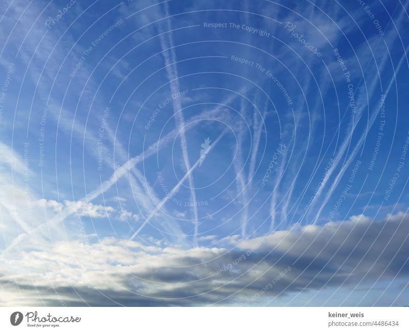 Kondensstreifen am Himmel von Passagierflugzeugen nutzloser Urlaubsflieger oder Chemtrails der Verschwörungstheorie Streifen Flugverkehr Luftverkehr Flugzeug