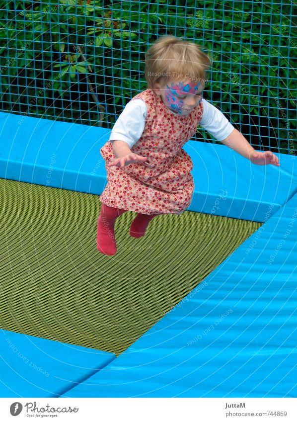 trampolin hüpfen springen Trampolin Vergnügungspark Mädchen Kind Kleid streichen Gesicht blau Bewegung