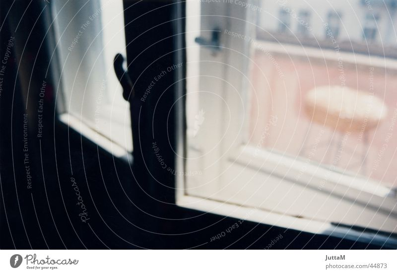 Balkonromantik Fenster rosa Romantik Stuhl Balkon Fensterscheibe Altbau