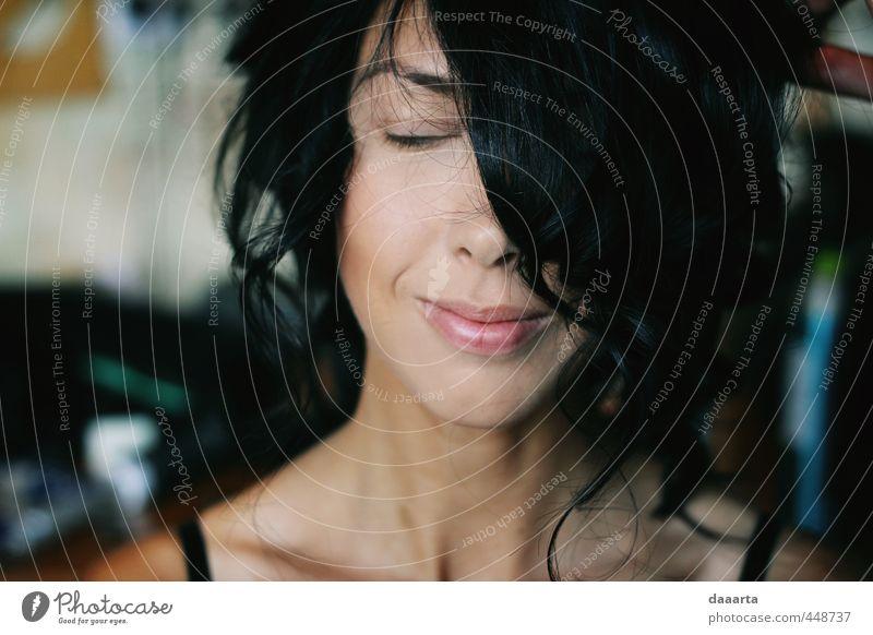 Mensch Jugendliche Junge Frau 18-30 Jahre Erwachsene Gefühle lustig feminin Gesundheit träumen elegant authentisch Fröhlichkeit Lächeln Lebensfreude