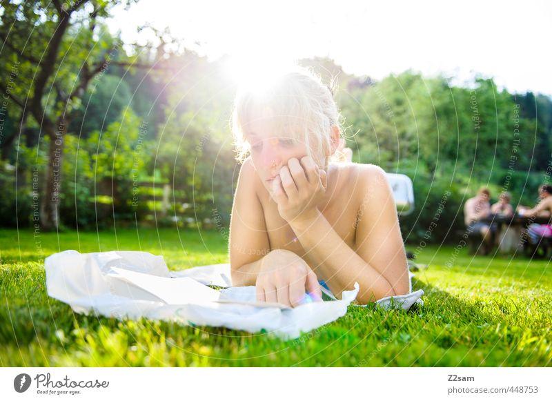Leseratte Lifestyle Erholung Sommer Sommerurlaub Sonne lernen Student feminin Junge Frau Jugendliche 18-30 Jahre Erwachsene Natur Schönes Wetter Baum Sträucher