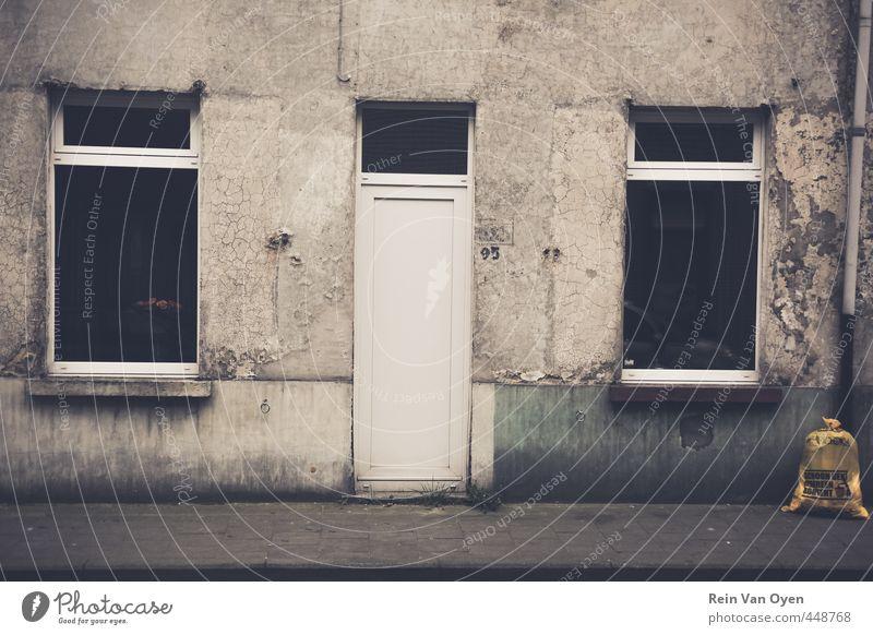 Verschmutzte Fassade Dorf Kleinstadt Stadt Haus Mauer Wand Fenster Tür Klingel alt dreckig dunkel grau Gedeckte Farben Außenaufnahme Menschenleer