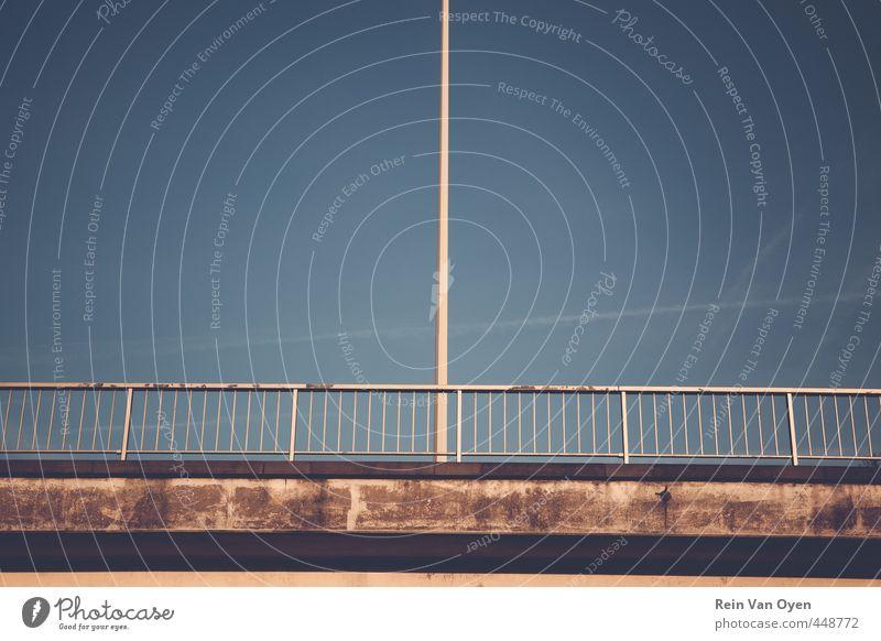 Laterne auf der Brücke Symmetrie Straßenbeleuchtung industriell dreckig Geländer Pfosten Gedeckte Farben Außenaufnahme Textfreiraum Mitte Tag