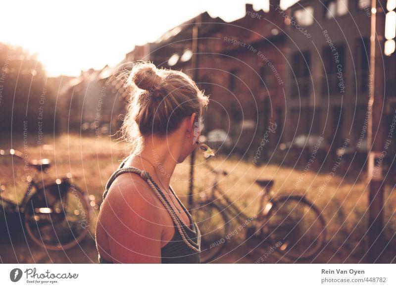 Mensch Frau Jugendliche Stadt Sommer Junge Frau Freude Erwachsene 18-30 Jahre Straße feminin Haare & Frisuren Glück Stimmung Fassade blond