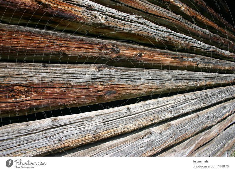 Almwirtschaft I Holz Holzhaus Scheune Heuschober Dolomiten verjüngen braun Balken verfallen Berge u. Gebirge Alpen Hütte Fluss Holzwand Zentralperspektive