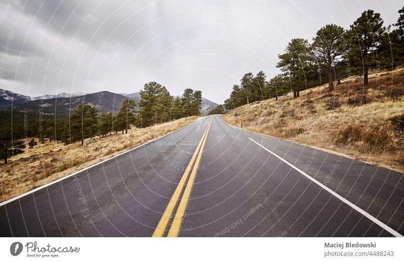 Leere Asphaltstraße, farbig getönt, Colorado, USA. Straße Ausflug Autobahn Abenteuer im Freien reisen Natur Landschaft amerika Himmel Wildnis bedeckt wolkig