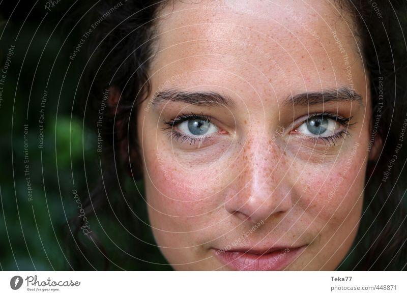 Blickkontakt 2 Mensch Frau Natur Jugendliche schön Pflanze Junge Frau Erwachsene 18-30 Jahre feminin Stil Lächeln Sträucher einzigartig rein Sommersprossen