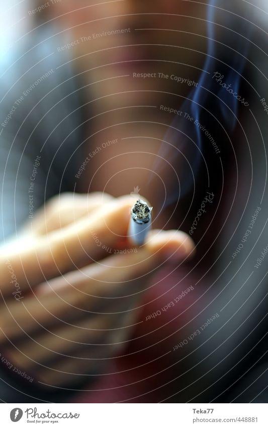 blauer Dunst Mensch Hand Finger stagnierend Zigarette Rauchen Abgas Gedeckte Farben Detailaufnahme Makroaufnahme
