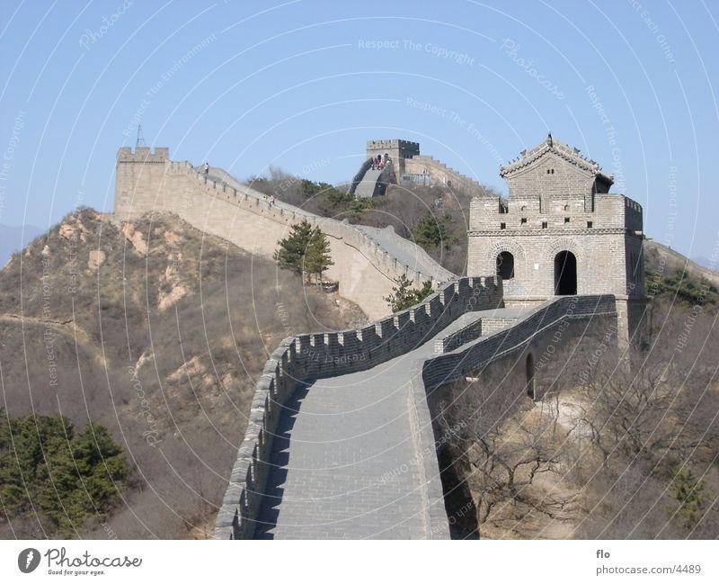Die große Mauer - China Himmel Straße Stein Mauer Architektur groß Sträucher Turm antik Zinnen