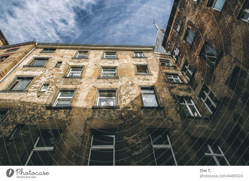 Blick nach oben in einem alten Hinterhof Prenzlauer Berg Berlin Farbfoto Hof Innenhof Menschenleer Haus Stadt Altbau Tag Stadtzentrum Außenaufnahme Fenster