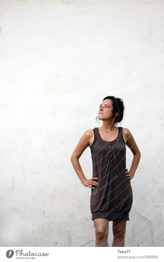 Was geht da oben ? #1 Mensch Frau Jugendliche Junge Frau Erwachsene 18-30 Jahre Wand feminin Gefühle Traurigkeit Mauer Stil Mode träumen Neugier Sehnsucht