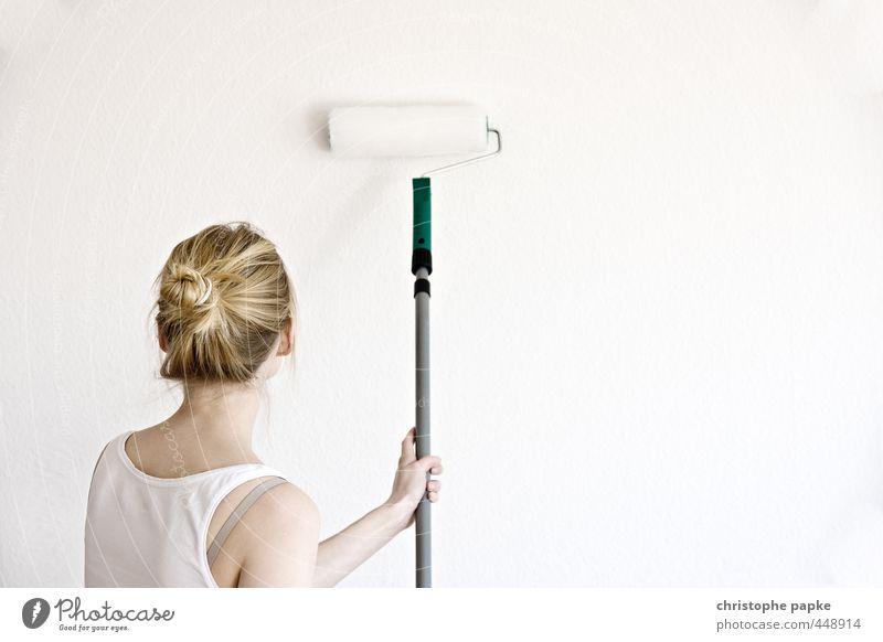 Blonde Frau streicht Wand mit Rolle Renovieren Umzug (Wohnungswechsel) streichen streicherrolle heimwerken Tapete feminin Junge Frau Jugendliche 1 rollen Mensch