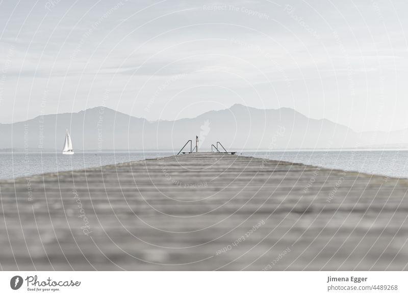 Steg mit Segelboot und Bergen am Horizont Berge im Hintergrund See Wasser Landschaft Ferien & Urlaub & Reisen Erholung Natur Berge u. Gebirge Alpen Tourismus