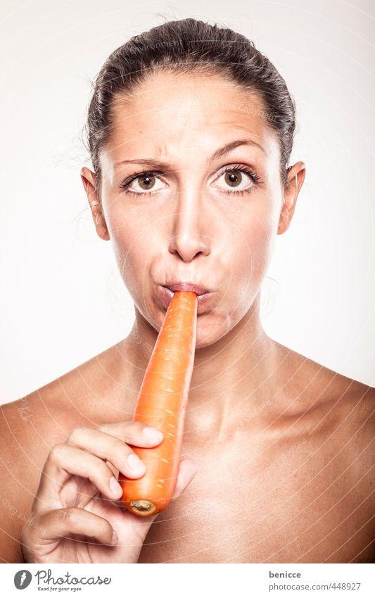 vegan Frau Möhre Gesunde Ernährung Vegane Ernährung Vegetarische Ernährung beißen Mensch Europäer Studioaufnahme Blick in die Kamera Porträt von vorne lustig