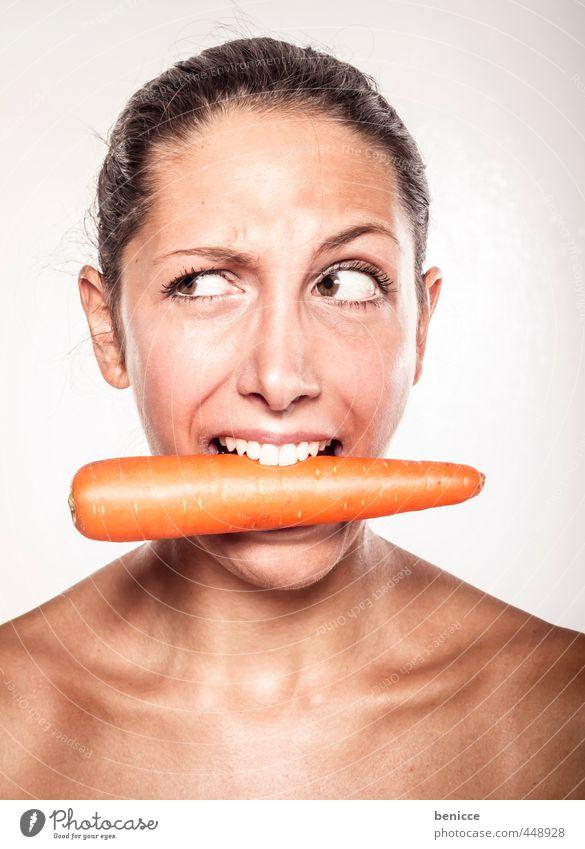 Vegan Frau Möhre Mund Grimasse Gesicht Porträt Vegetarische Ernährung Mensch Blick Vor hellem Hintergrund beißen Zähne skeptisch Vegane Ernährung Junge Frau