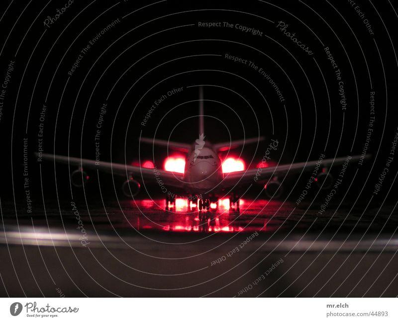 ready for take off Flugzeug Nacht Spätflug Fahrwerk Ladung Licht Abheben Düsenflugzeug Frachtraum Luftpost Gegenlicht Pilot Luftverkehr Passagierflugzeug 747