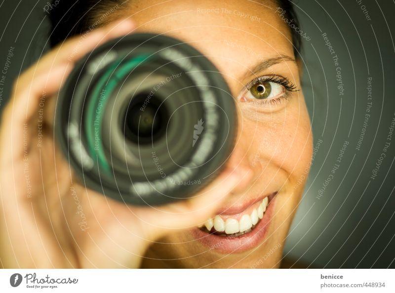 Objektiv belächelt Frau Mensch festhalten Fotokamera Fotografieren Linse Fotowettbewerb Contest Werkstatt Studioaufnahme Grimasse Porträt Europäer Nahaufnahme