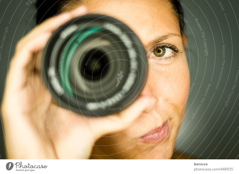 Objektiv betrachtet Frau Mensch festhalten Fotokamera Fotografieren Linse Fotowettbewerb Contest Werkstatt Studioaufnahme Grimasse Porträt Europäer Nahaufnahme