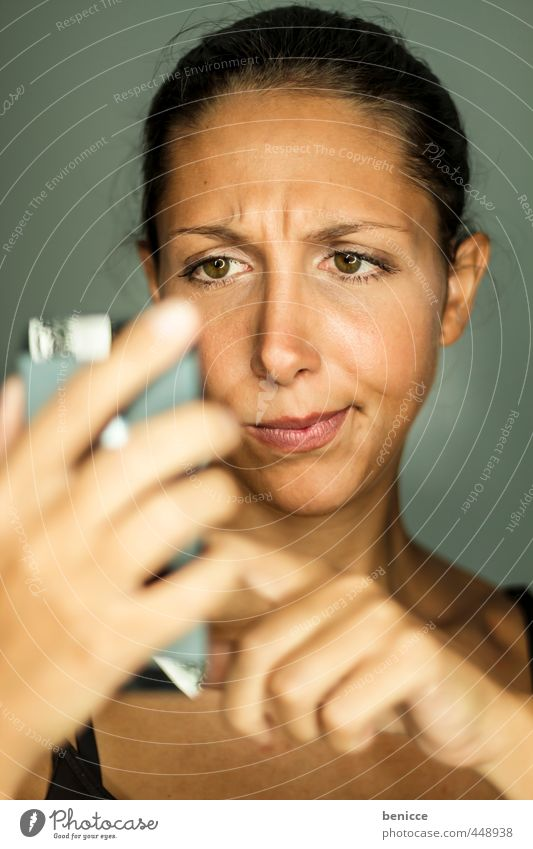Smartphone Frau Mensch PDA Handy Telefon Büroangestellte Porträt schreiben Iphone Tippen dunkelhaarig SMS skeptisch Enttäuschung festhalten