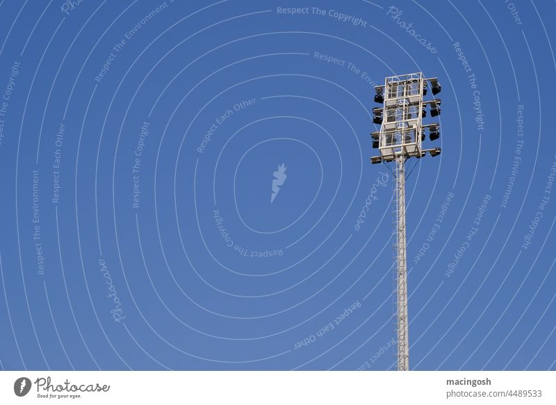 Flutlichtmast vor blauem Himmel Albanien Tirana Sportstadion Stadion Außenaufnahme Sportstätten Fußballplatz Sportveranstaltung Ballsport Farbfoto