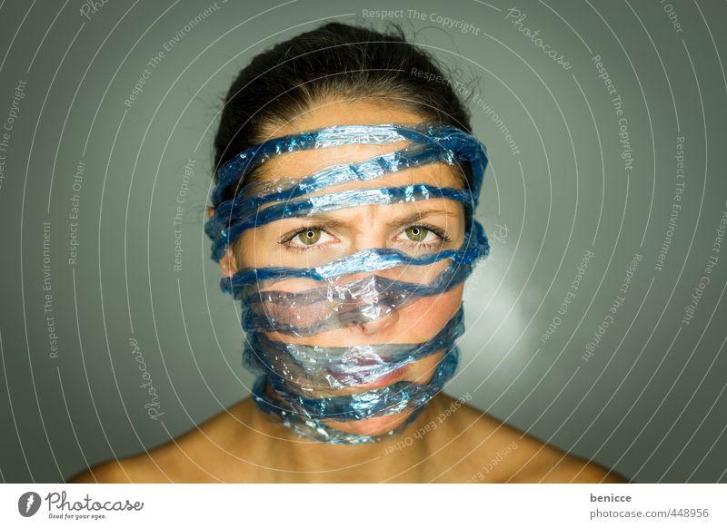 Social M Frau Mensch Porträt facebook social media twitter gefangen Datenschutz befreien Befreiung Schnur Seil Nahaufnahme blau Netzwerk Computernetzwerk
