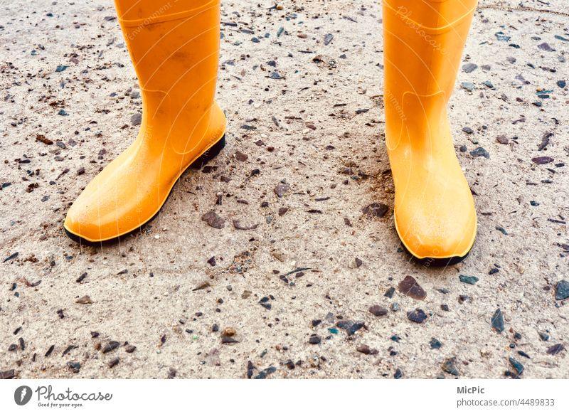 Gelbe Gummistiefel gelb Farbfoto Außenaufnahme Stiefel Bekleidung Regen Schuhe nass Wetter Mensch Pfütze Herbst Kindheit Wasser schlechtes Wetter Freude Fuß