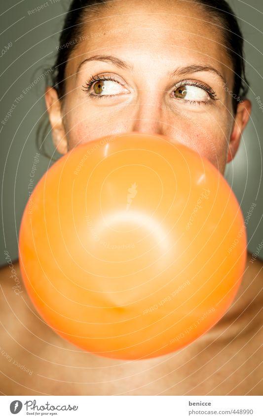 Luftballon Frau Mensch orange blasen Party Geburtstag Grimasse Freude feminin Europäer Jugendliche Junge Frau Nahaufnahme Kaugummi rund