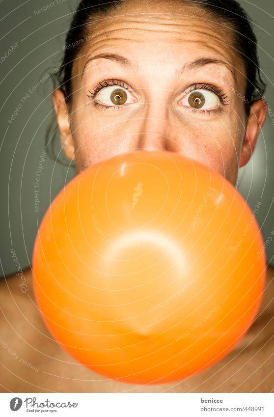 Luftballon Frau Mensch orange blasen Party Geburtstag Grimasse Freude feminin Europäer Junge Frau Nahaufnahme Kaugummi rund