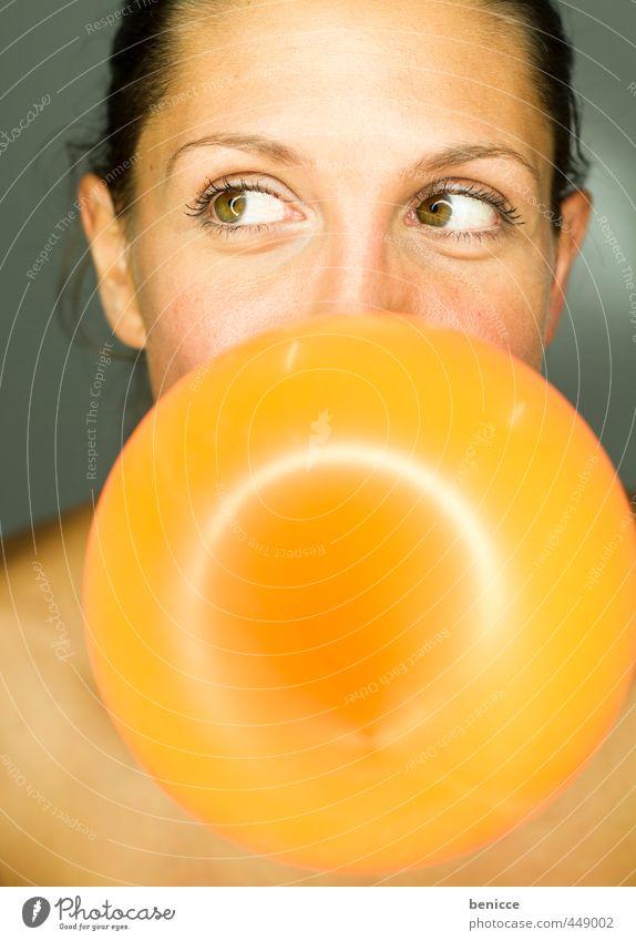 Balloon Frau Mensch Luftballon orange blasen Party Geburtstag Grimasse Freude Europäer Jugendliche Junge Frau Nahaufnahme Kaugummi rund