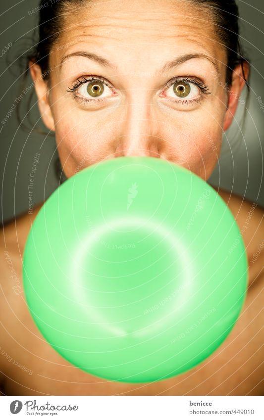 Ballon Frau Luftballon grün Mensch lustig Humor Geburtstag blasen Porträt rund Blick in die Kamera Studioaufnahme Nahaufnahme Hautfalten Stirnfalte Junge Frau