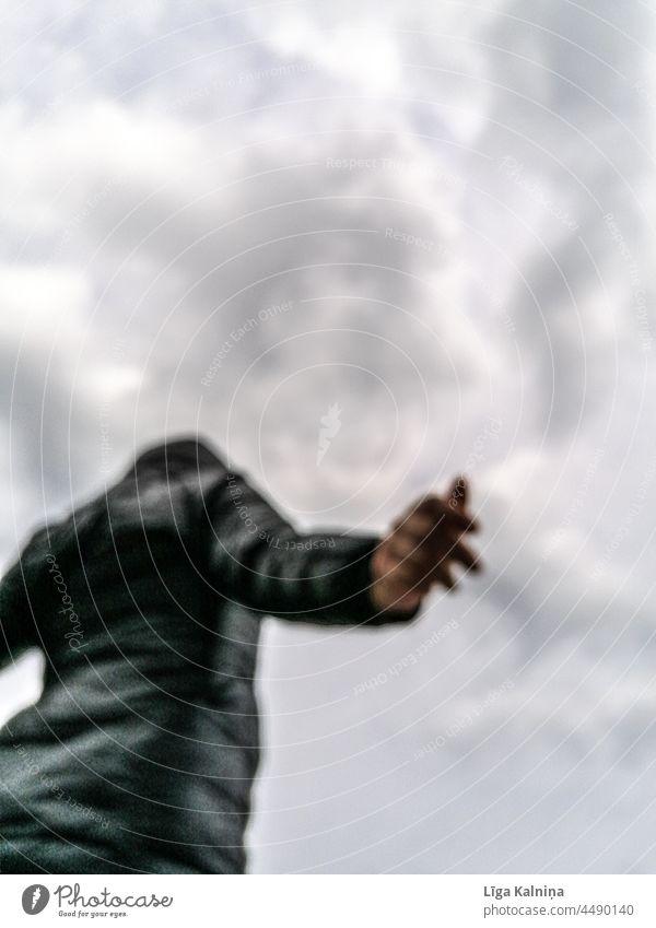 Person mit ausgebreiteten Armen gegen den Himmel Mensch minimalistisch sehr wenige gestikulieren Entwurf Körperteil Hintergrund neutral Symbole & Metaphern