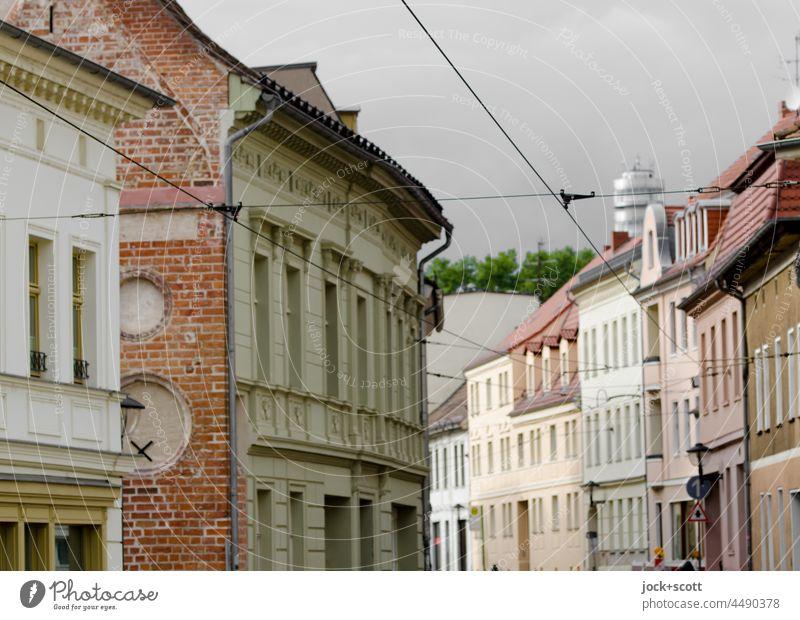Straße mit Häuserreihen in der Altstadt Brandenburg an der Havel Stadtzentrum Architektur Fassade Häuserzeile Stadthaus Haus Friedenswarte Turm Oberleitung