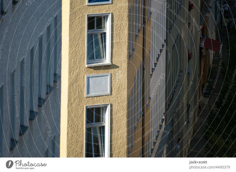 an der Ecke vom Haus scheint die Sonne Häuserzeile Architektur Fassade Stadthaus Fenster Altbau Berlin-Mitte Schatten Sonnenlicht Vogelperspektive Stil gekippt