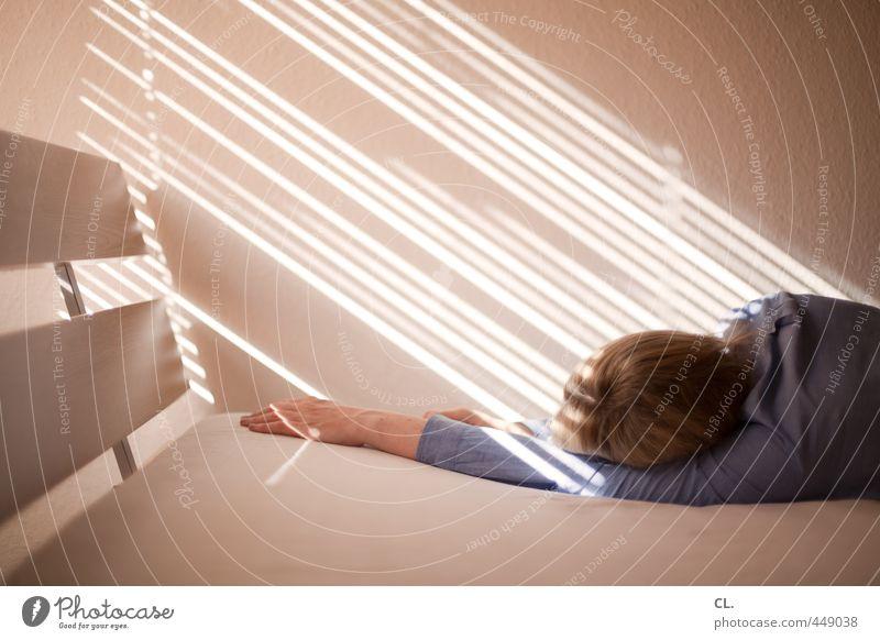 rumliegen Mensch Frau Jugendliche Junge Frau Hand Erholung Einsamkeit ruhig 18-30 Jahre Erwachsene Wärme Traurigkeit feminin Haare & Frisuren hell Wohnung