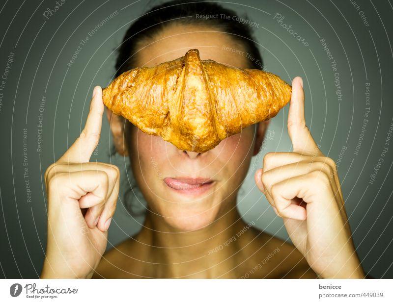 ces't un croissant Frau Mensch Croissant Backwaren Brot Bäckerei genießen reizvoll Erotik Blick in die Kamera festhalten Mehl Finger Speise Essen Foodfotografie
