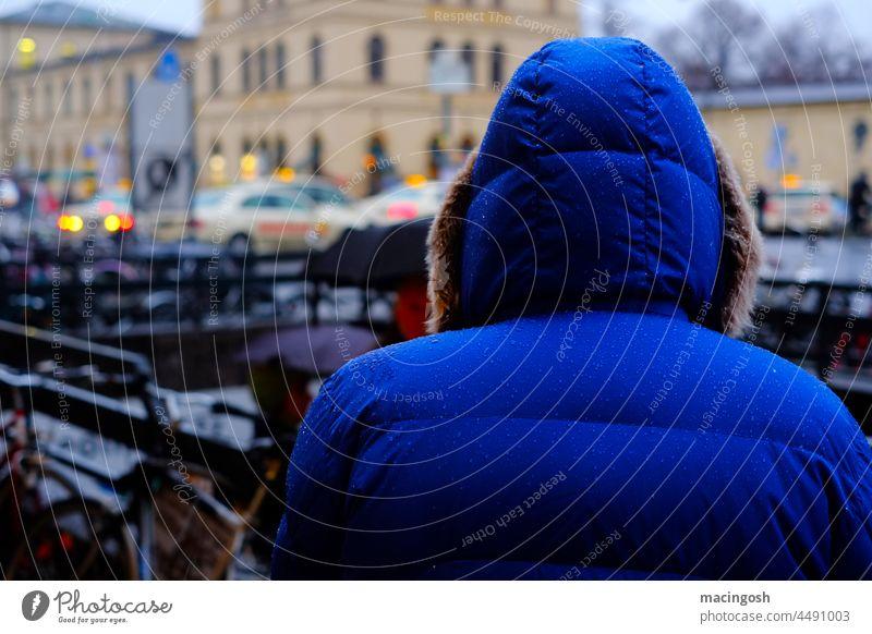 Anonym in der Großstadt anonym Mensch Mann Frau einsam Einsamkeit traurig Herbst schlechtes Wetter Regen Außenaufnahme nass Traurigkeit blau Kapuzenjacke