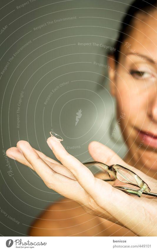 schaaaßaugert Frau Mensch Brille Linse Kontaktlinse Sehvermögen blind Auge Optiker Auswahl wählen Augenheilkunde Augenbraue Laseroperation halten Hand zeigen
