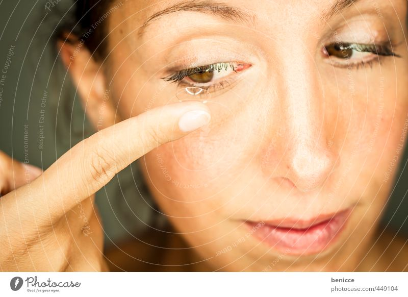contacts Mensch Frau schön weiß Hand Auge feminin Haut Mund Finger Brille Europäer Werkstatt Linse Sehvermögen Hochformat