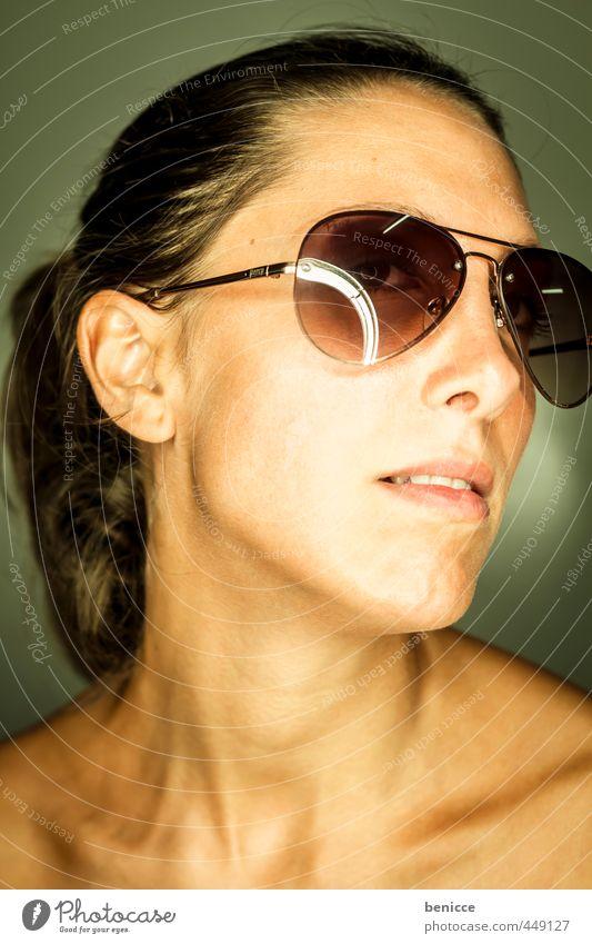sonnenbrille III Frau Mensch Porträt Sonnenbrille Nahaufnahme Blick in die Kamera Werkstatt Studioaufnahme Ringblitz Wetterschutz dunkelhaarig Europäer frontal