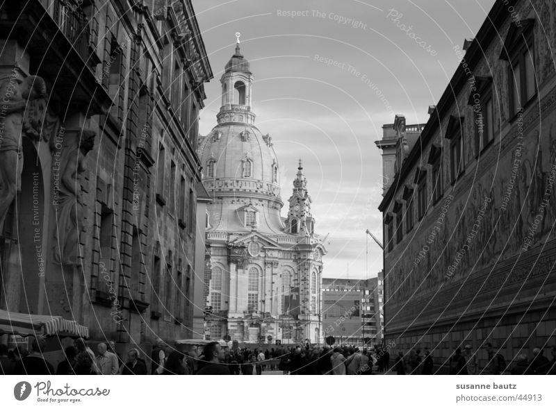 Licht & Schatten weiß Haus schwarz Gebäude Architektur Kirche Dresden Bauwerk historisch Frauenkirche