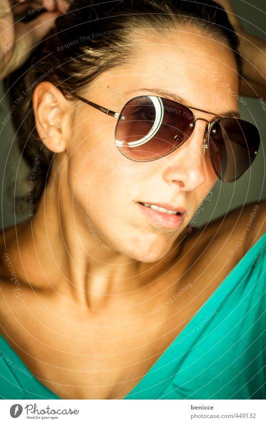 sonnenbrille II Mensch Frau Europäer Werkstatt Sonnenbrille Wetterschutz frontal dunkelhaarig Hochformat