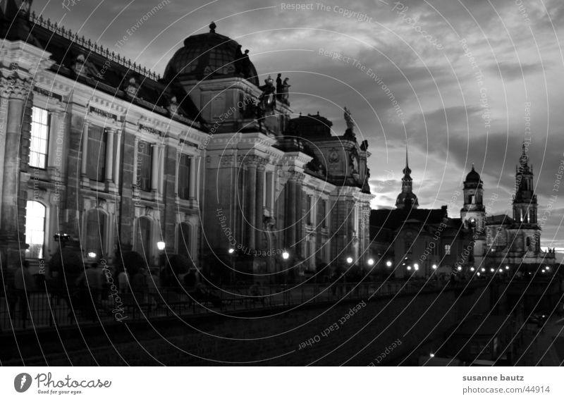 history weiß Haus schwarz Wolken dunkel Gebäude Architektur Dresden historisch heilig Zwinger