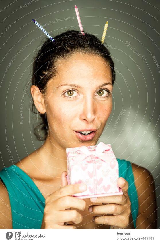 Happy B 2 Frau Mensch Geburtstag Geschenk Paket Kerze Party Blick in die Kamera rosa Werkstatt Studioaufnahme Junge Frau Europäer Porträt Geburtstagstorte