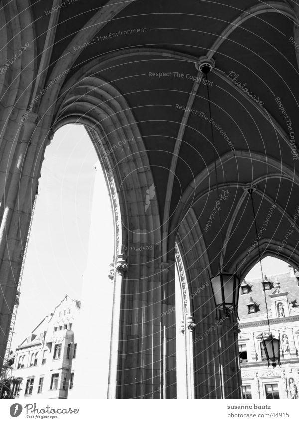 schwarze Erleuchtung weiß Haus schwarz Gebäude Architektur groß historisch heilig Hauptstadt Thüringen Erfurt Fischmarkt