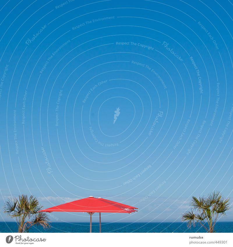 Blaurot Himmel Ferien & Urlaub & Reisen blau Wasser Sommer Meer rot Strand Lifestyle Tourismus genießen Lebensfreude Ostsee Sommerurlaub Wohlgefühl Sonnenschirm