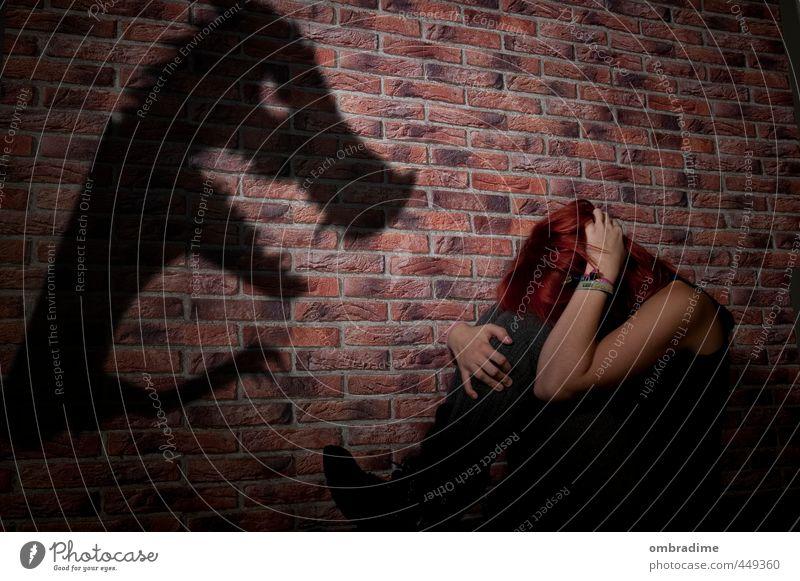 Schattenwelt Mensch Frau Jugendliche Junge Frau Tier Erwachsene dunkel feminin Gefühle außergewöhnlich Angst Kindheit gefährlich bedrohlich Todesangst Wut