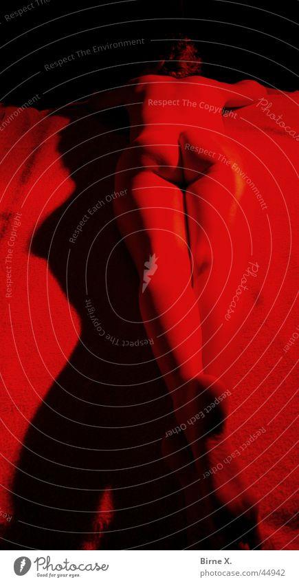 Red Light 5 nackt Frau rot Licht Low Key Romantik Physik Akt Rücken Beine Hinterteil Fuß rückwärts auf dem Bauch Erotik Wärme Ampel Redlight liegen Barfuß