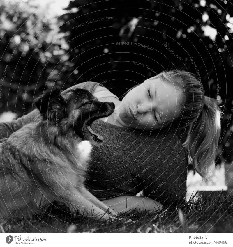 kleiner stinker. feminin Kopf Haare & Frisuren 1 Mensch Haustier Hund Tier liegen schwarz Gefühle Freundschaft Partnerschaft Frau Schwarzweißfoto Außenaufnahme
