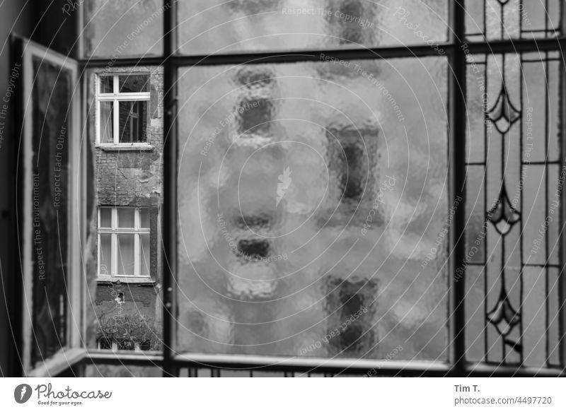 Blick aus einem alten Treppenhausfenster. Fenster Hof Hinterhof Berlin Prenzlauer Berg unsaniert Menschenleer Stadt Stadtzentrum Tag Haus Altstadt Altbau