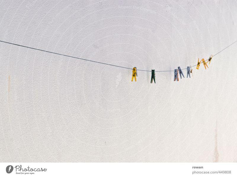 aufgereiht Häusliches Leben mehrfarbig Wäscheleine Wäsche waschen Wäscheklammern Reihe Schnur aufhängen gelb Farbfoto Außenaufnahme Menschenleer